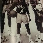 マグジー・ボーグスと小さいバスケットボール選手。